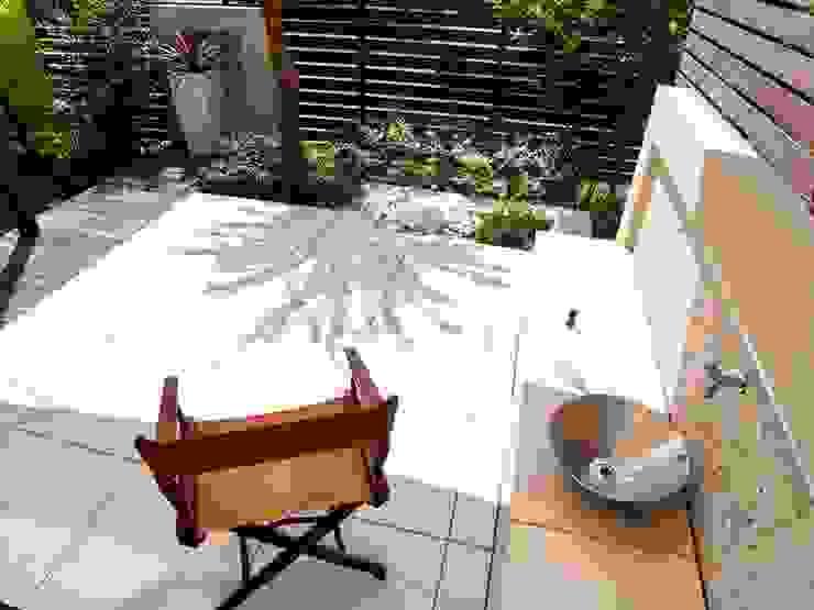 モダンリゾート感のあるリビングテラスガーデン モダンな庭 の 株式会社Garden TIME モダン タイル