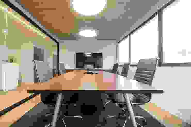 Sala de Directorio: Oficinas y tiendas de estilo  por SUMATORIA,