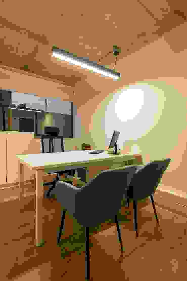 Privado Oficinas y bibliotecas de estilo moderno de SUMATORIA Moderno
