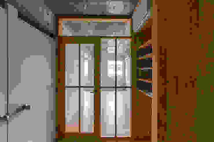 CO2WORKS Pasillos, vestíbulos y escaleras modernos Madera Acabado en madera