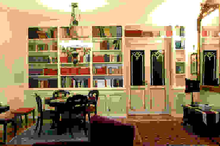 Libreria su misura: Soggiorno in stile  di Mobili Brianza,