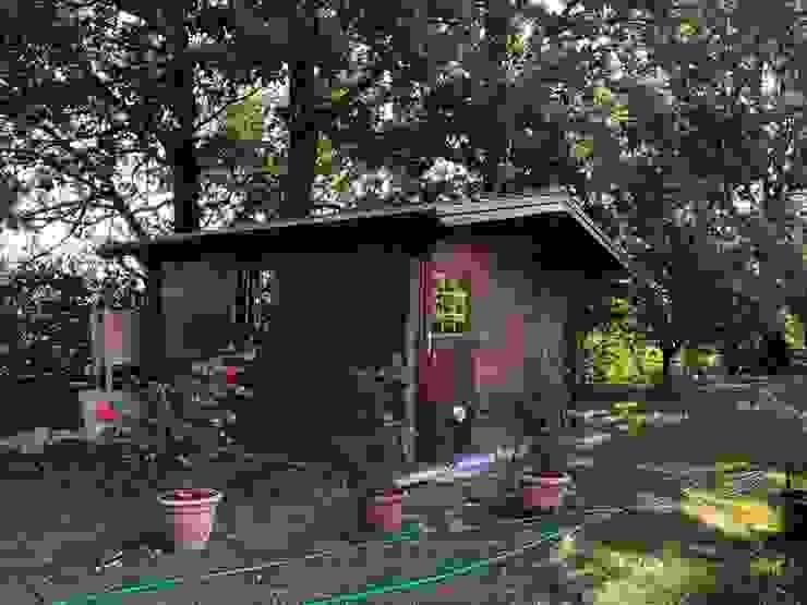 CASETTA IN LEGNO CON PERLINE AD INCASTRO, VERNICIATE NOCE SCURO: Casa di legno in stile  di ZINI DINO SRL,