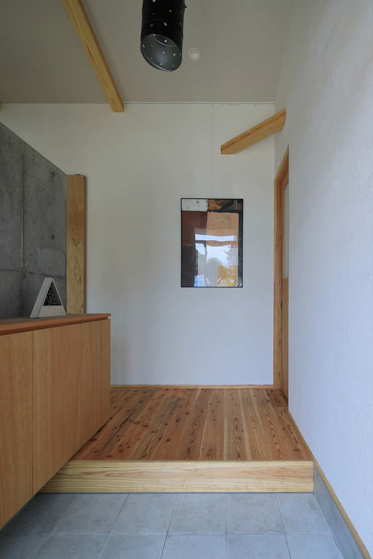 Modern Corridor, Hallway and Staircase by ㈱ライフ建築設計事務所 Modern Wood Wood effect