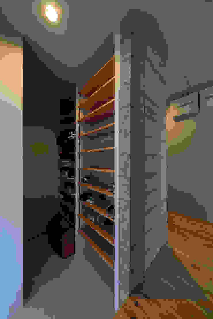 Modern Dressing Room by ㈱ライフ建築設計事務所 Modern Wood-Plastic Composite