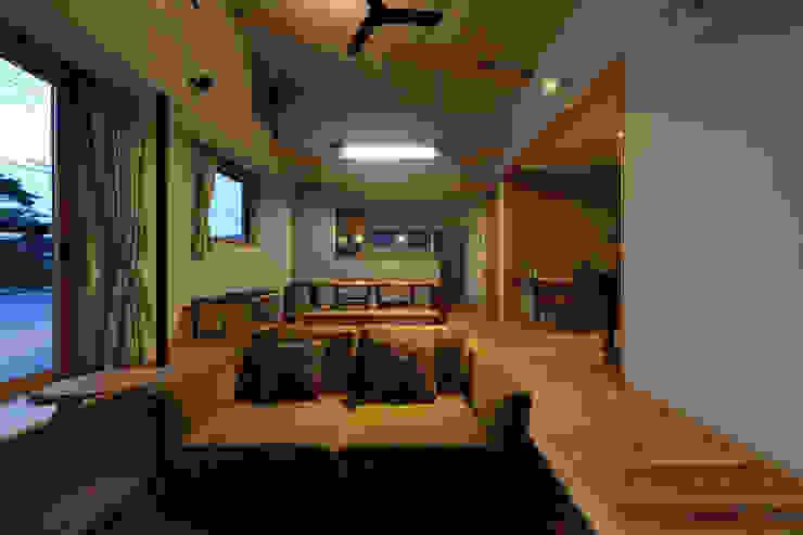 Modern Living Room by ㈱ライフ建築設計事務所 Modern Wood Wood effect