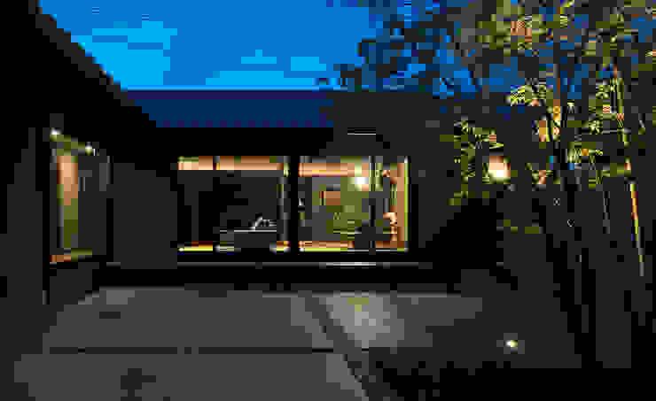 山隈の家 中庭夕景 Atelier Square アジア風 庭 タイル 灰色