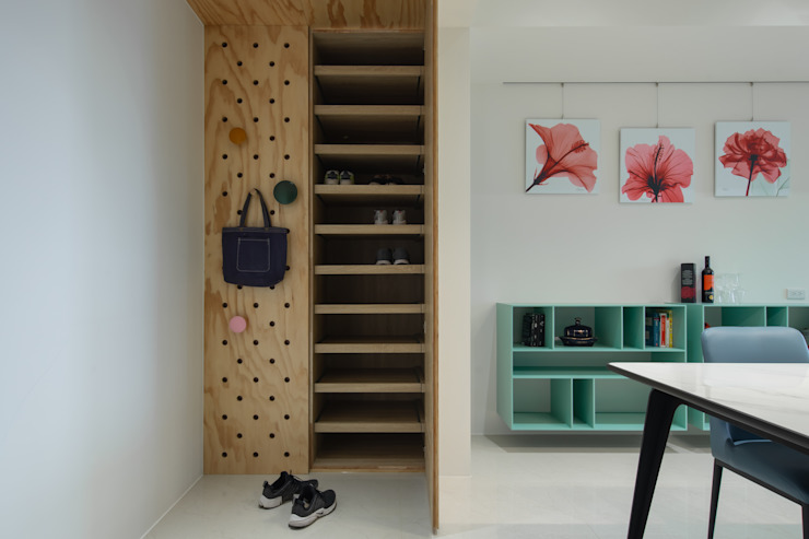 Dr. Yang案 | 鞋櫃 Eclectic style corridor, hallway & stairs by 有隅空間規劃所 Eclectic Plywood