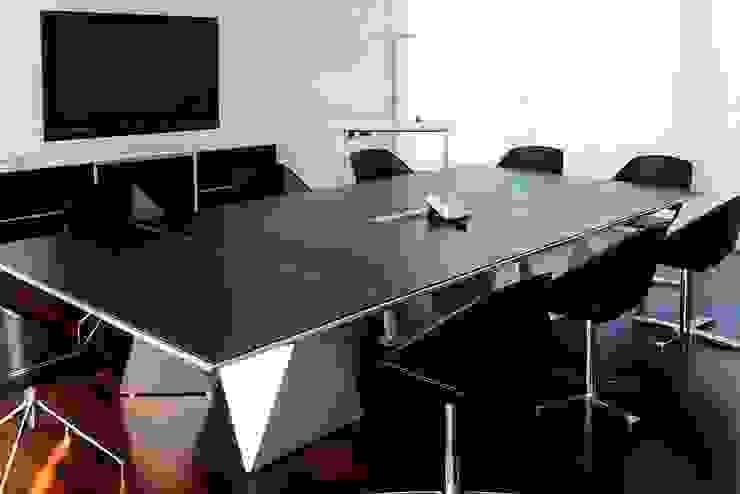 Tavolo riunione : Studio in stile  di DIVISIONE UFFICIO SAS,