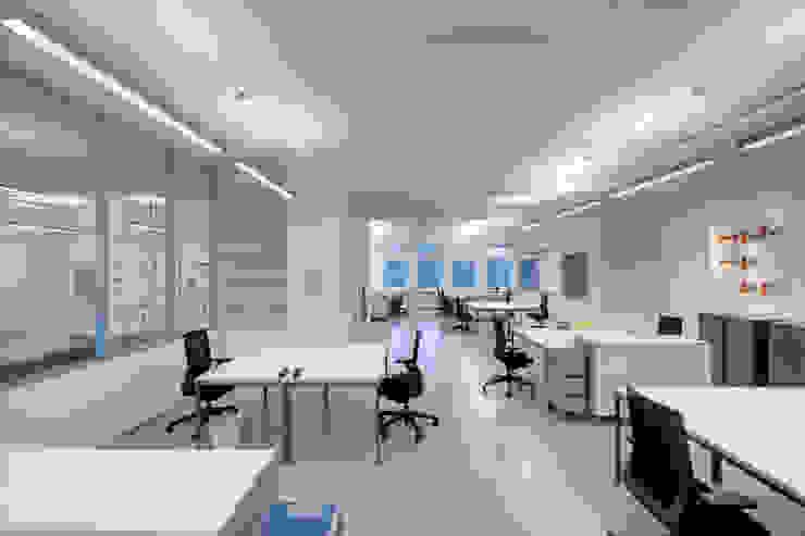 Escuelas de estilo moderno de _WERKSTATT FÜR UNBESCHAFFBARES - Innenarchitektur aus Berlin Moderno