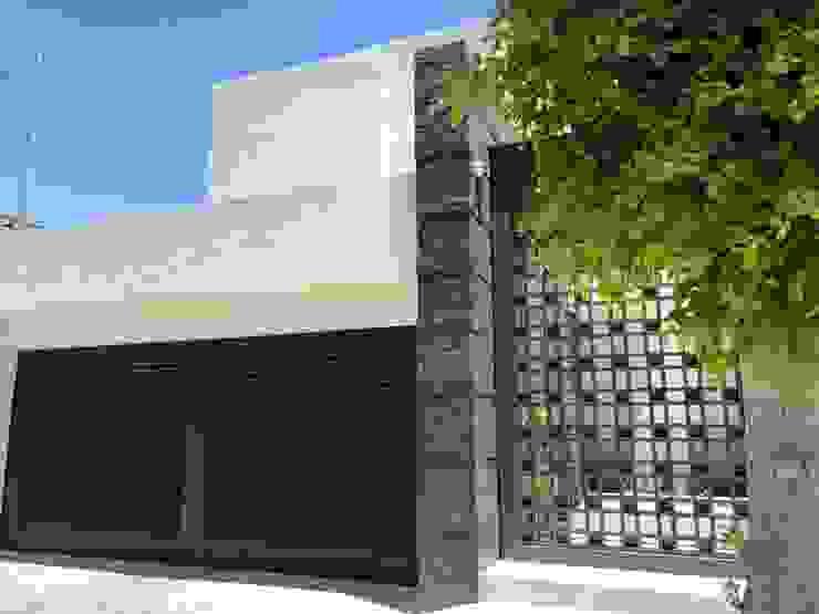 Una puerta de garaje que atrapa miradas. CHD COMPANY Garajes y galpones Madera Acabado en madera