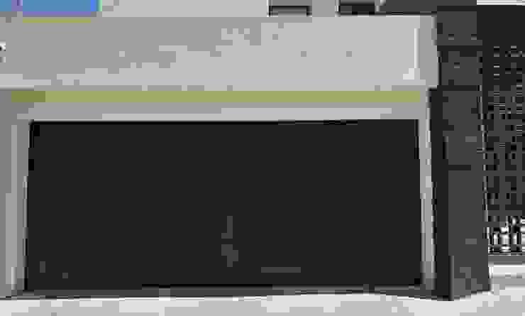 Una puerta de garaje que atrapa miradas CHD COMPANY Garajes y galpones Madera Acabado en madera