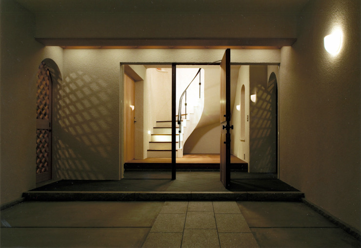伊豆天城高原の別荘 ーDOVE VAIー オリジナルスタイルの 玄関&廊下&階段 の 松井建築研究所 オリジナル