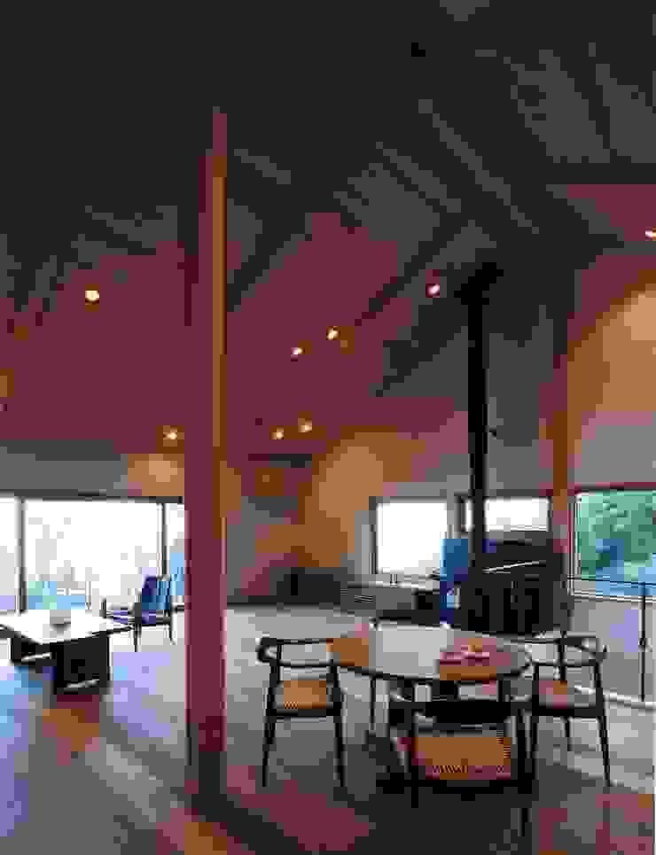 伊豆天城高原の別荘 ーDOVE VAIー オリジナルデザインの リビング の 松井建築研究所 オリジナル