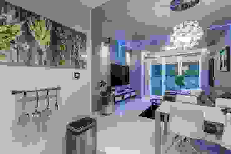 Apartament w Gdyni Nowoczesny salon od Lux Interiors - projektowanie i aranżacja wnętrz Gdańsk, Gdynia, Sopot Nowoczesny