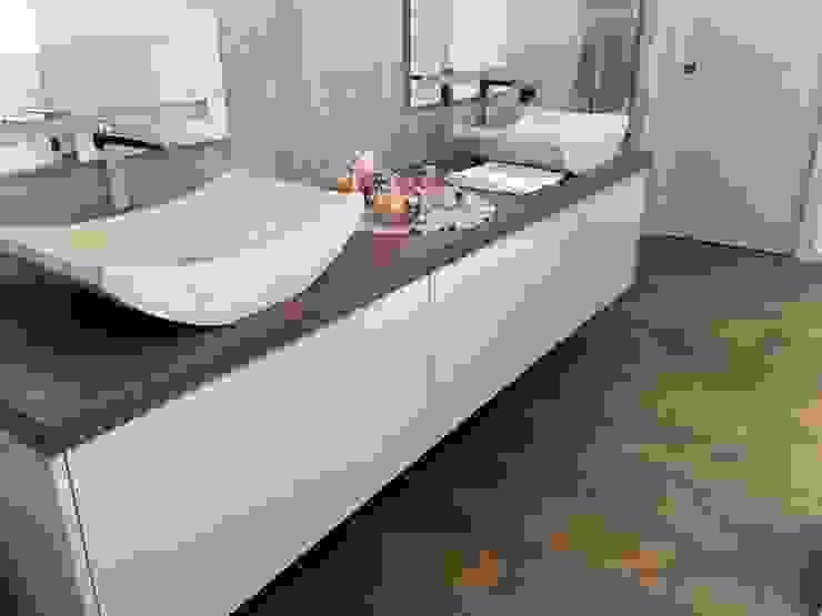 BAGNO BICOLORE LACCATO E LEGNO : Bagno in stile  di Falegnameria Carrara Alex,