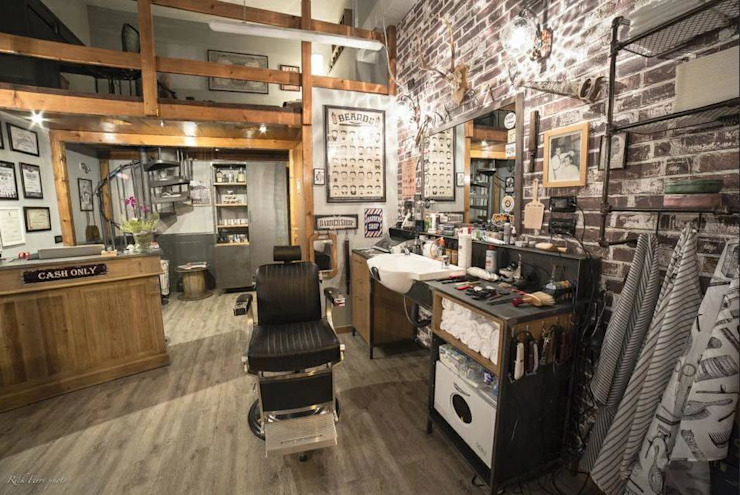 Strop Barbershop: Spazi commerciali in stile  di M&M STUDIO,