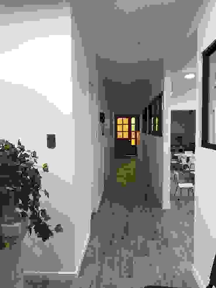 Modern Corridor, Hallway and Staircase by Estudio Arquitectura y construccion PR/ Remodelaciones y Diseño de interiores / Santiago, Rancagua y Viña del mar Modern