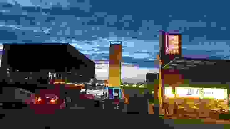 fachada principal plaza contenedores: Centros Comerciales de estilo  por Creativo 84,