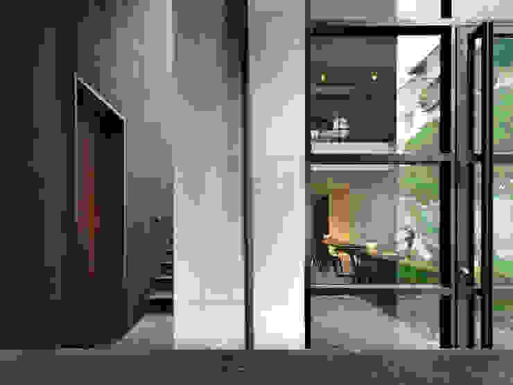 木耳生活藝術-建築暨室內設計/蒸氣少年與蛻變中的一幢房 現代風玄關、走廊與階梯 根據 木耳生活藝術 現代風 水泥