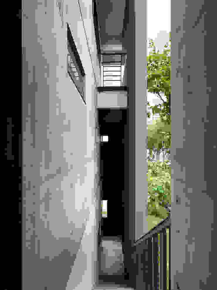 木耳生活藝術-建築暨室內設計/蒸氣少年與蛻變中的一幢房 根據 木耳生活藝術 現代風 水泥