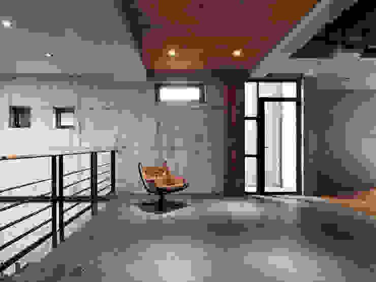 木耳生活藝術-建築暨室內設計/蒸氣少年與蛻變中的一幢房 現代風玄關、走廊與階梯 根據 木耳生活藝術 現代風 實木 Multicolored