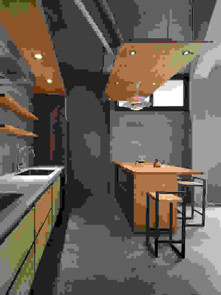 木耳生活藝術-建築暨室內設計/舊屋改造/威士忌的直角、銳角、鈍角 現代廚房設計點子、靈感&圖片 根據 木耳生活藝術 現代風 實木 Multicolored