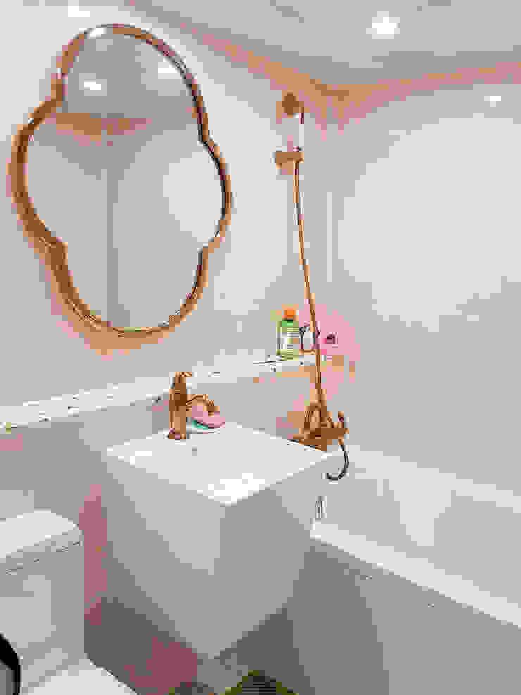 핑크 타일과 테라조 패턴 상판 선반 모던스타일 욕실 by 그리다집 모던 타일