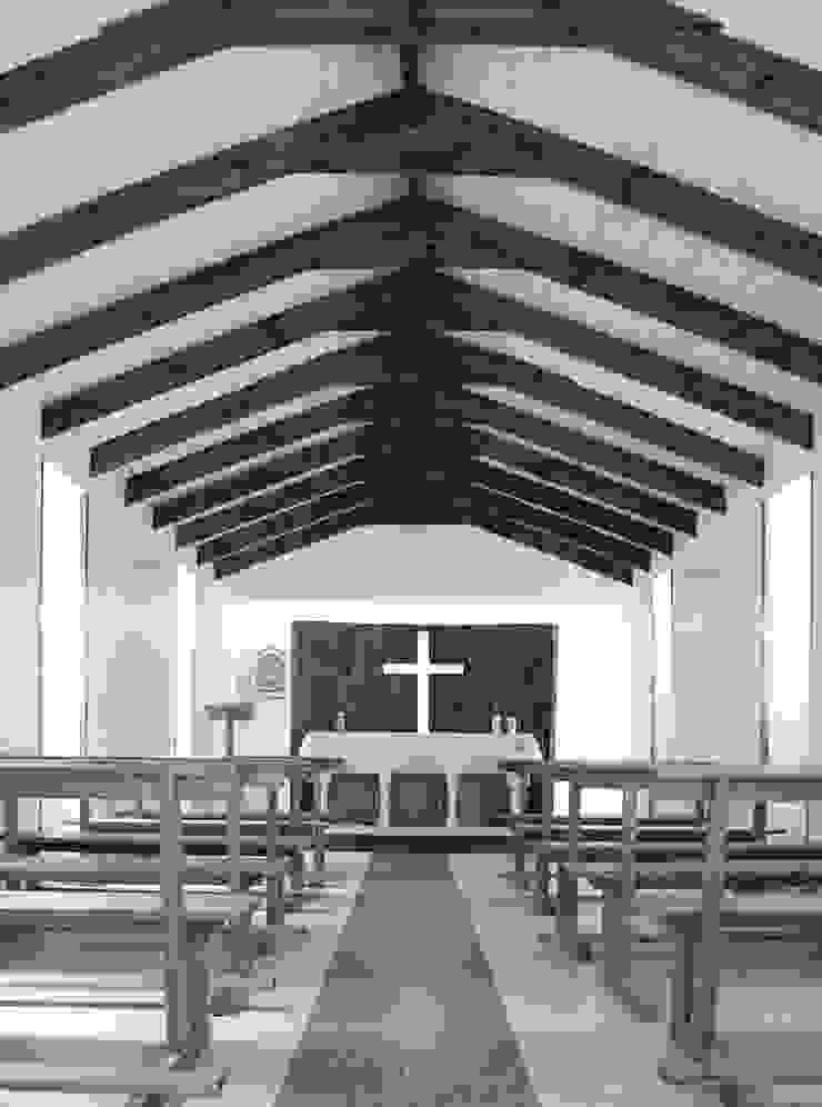 Interior capilla de ESTUDIOFES ARQUITECTOS Rural Madera Acabado en madera