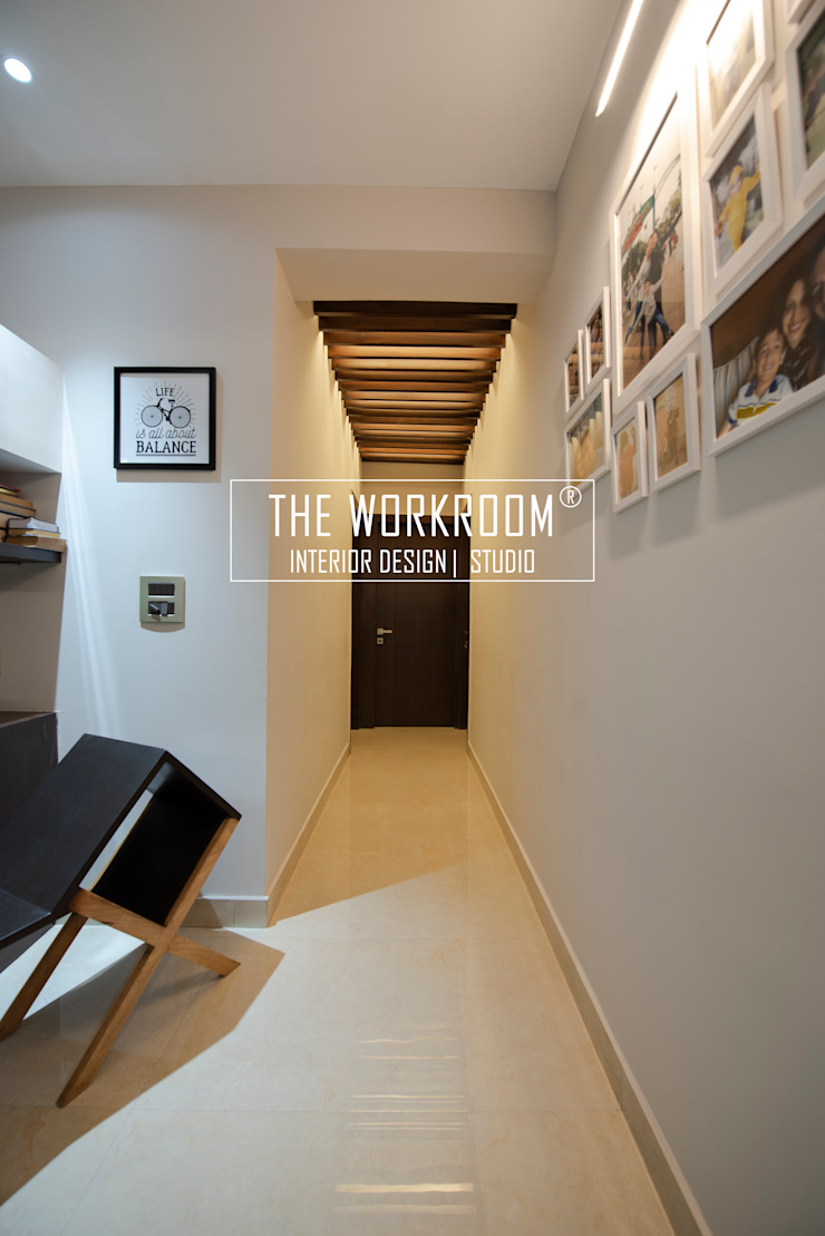 Apartment in Ridgewood Estate, Gurugram The Workroom Minimalist corridor, hallway & stairs Solid Wood Wood effect