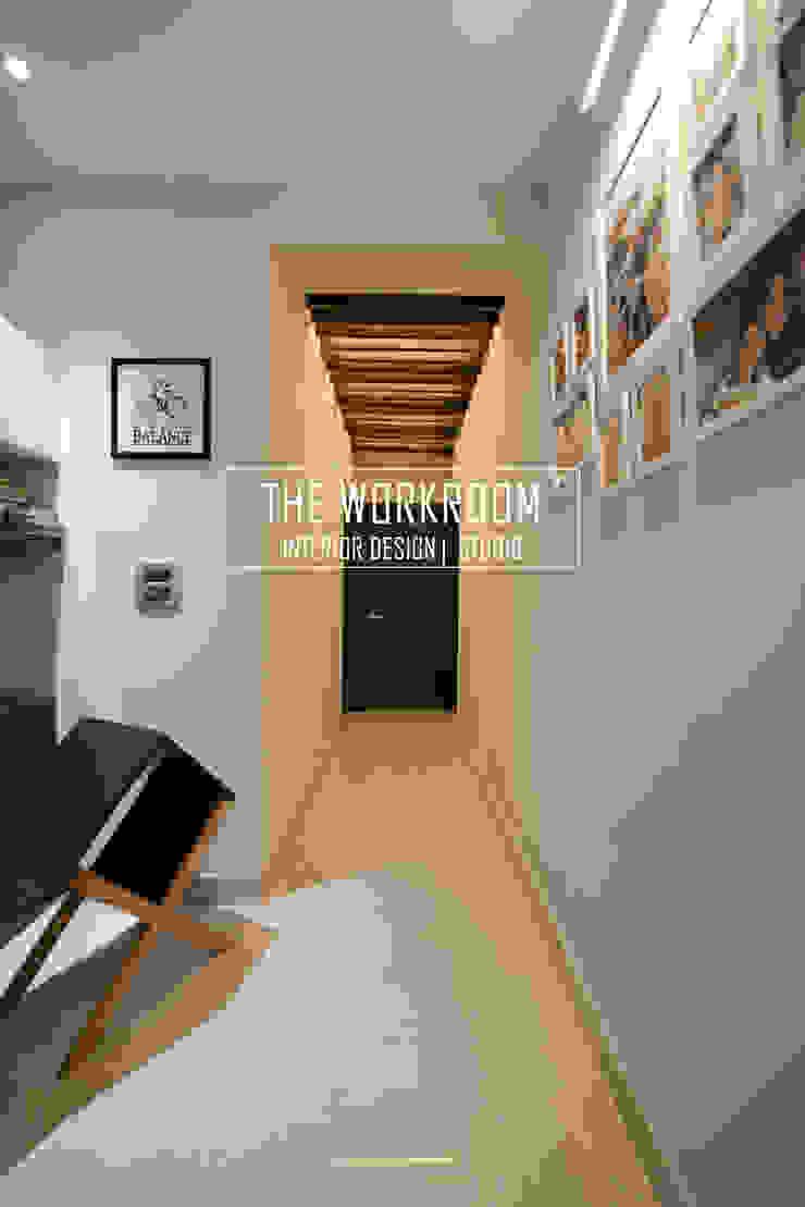 Apartment in Ridgewood Estate, Gurugram Minimalist corridor, hallway & stairs by The Workroom Minimalist Solid Wood Multicolored
