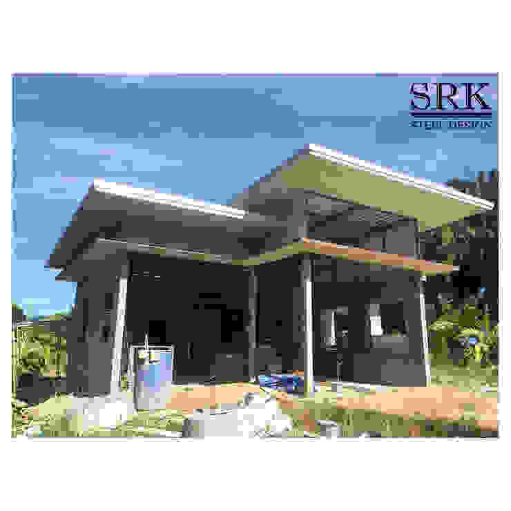 งานโครงสร้างเหล็ก หลังคาเมทัลชีท และยิงฝ้าแคปซูล บ้านในสวนสไตล์ลอฟท์ โดย SRK Contractor โมเดิร์น