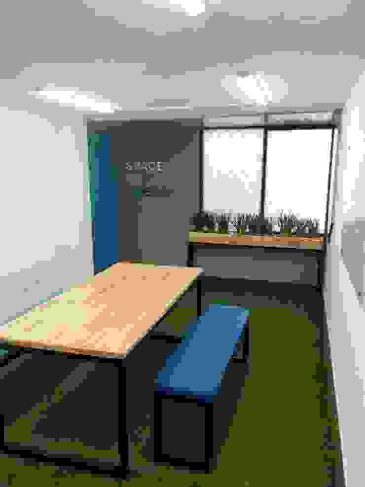 Diseño de area de bienestar clay s.a Estudios y despachos de estilo rústico de Magrev Rústico