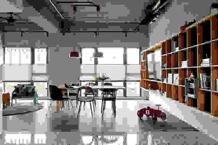 Ruang Keluarga Gaya Industrial Oleh MSBT 幔室布緹 Industrial Beton Bertulang