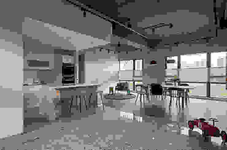 Ruang Keluarga Gaya Industrial Oleh MSBT 幔室布緹 Industrial Marmer