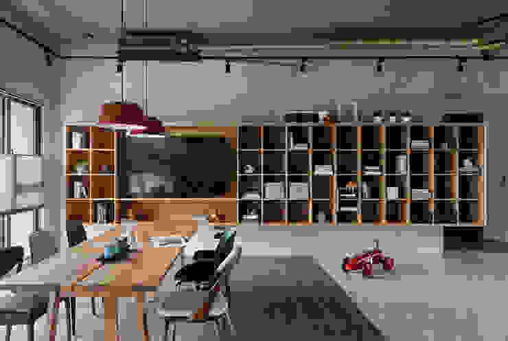Ruang Keluarga Gaya Industrial Oleh MSBT 幔室布緹 Industrial Parket Multicolored