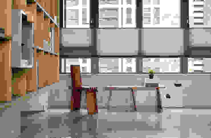 Ruang Studi/Kantor Gaya Industrial Oleh MSBT 幔室布緹 Industrial Marmer