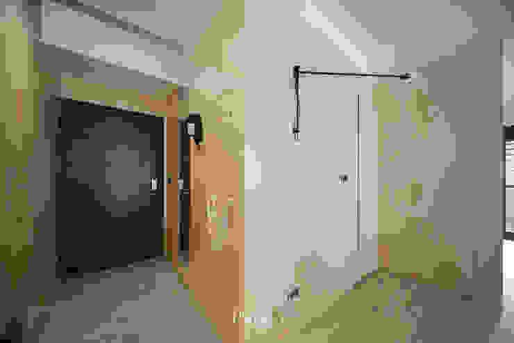 Apartment P:  門 by 六相設計 Phase6, 隨意取材風