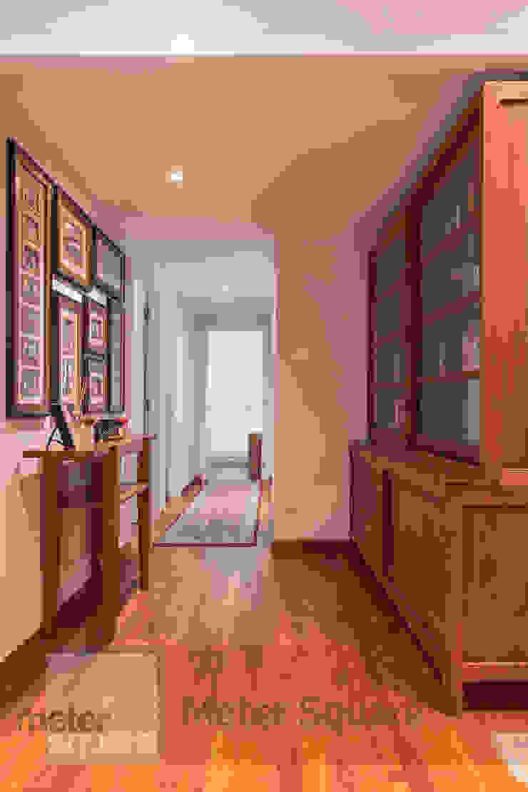 Pasillos, vestíbulos y escaleras de estilo clásico de Meter Square Pte Ltd Clásico