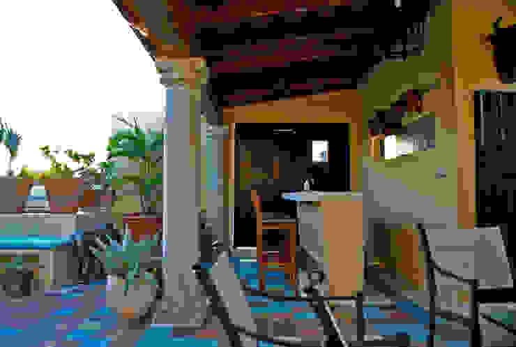 Detalle del bar Casas de estilo colonial de archgreentech Colonial