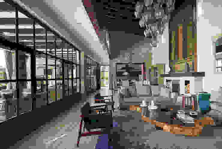 Casa Santísima - San Miguel de Allende: Salas de estilo  por NATALIA MENACHE ARQUITECTURA,