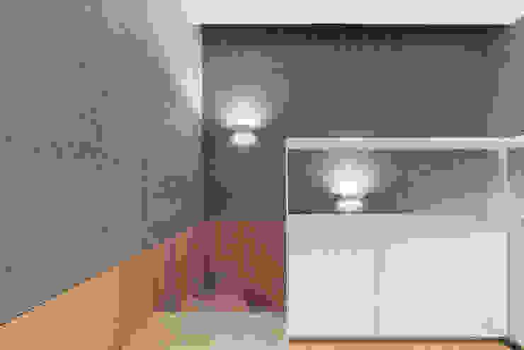 Minimalistischer Flur, Diele & Treppenhaus von arctitudesign Minimalistisch