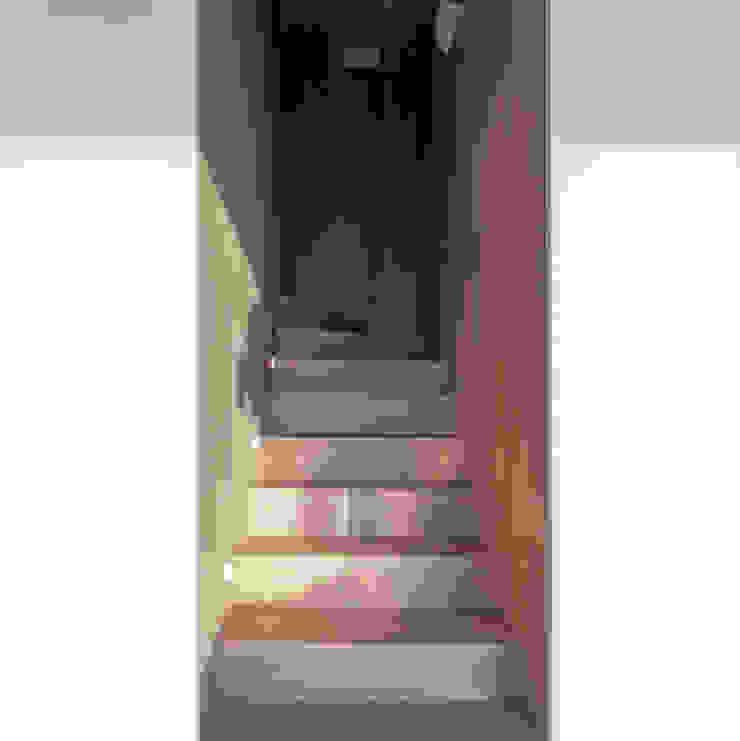 arctitudesign Ingresso, Corridoio & Scale in stile minimalista