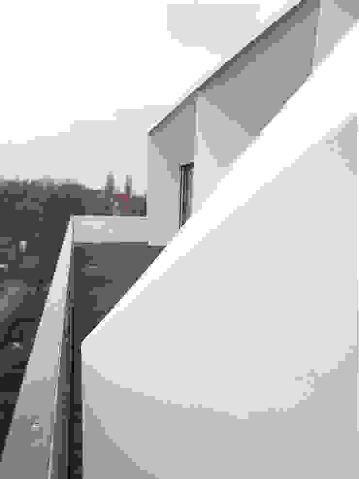 Dachterrassenabtrennung mit Stauraum boehning_zalenga koopX architekten in Berlin Ausgefallene Häuser Weiß