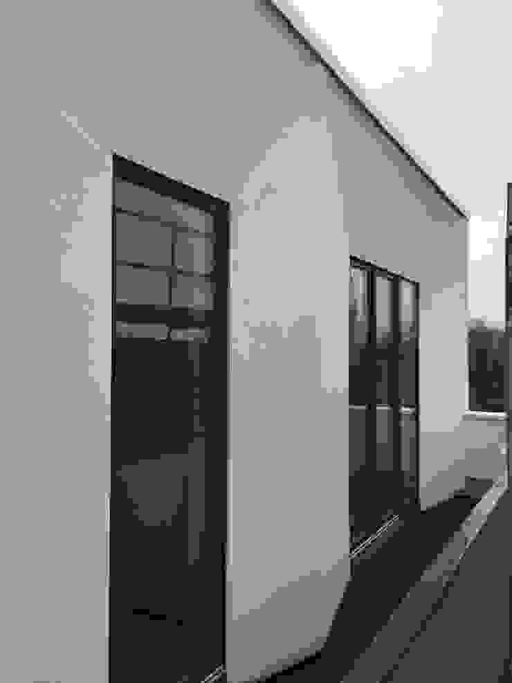 abgeschrägte Fensterlaibung für optimalen Lichteinfall boehning_zalenga koopX architekten in Berlin Ausgefallene Häuser Weiß