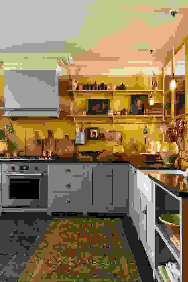 The Bond Street Shaker Showroom deVOL Kitchens Mediterranean style kitchen Solid Wood Grey