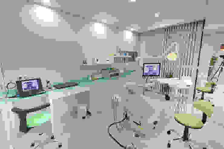 Kalya İç Mimarlık \ Kalya Interıor Desıgn モダンな医療機関 ガラス 緑