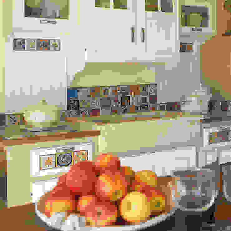 Cucina country pareti in muratura : Cucina attrezzata in stile  di Mobili a Colori , Rurale Legno massello Variopinto