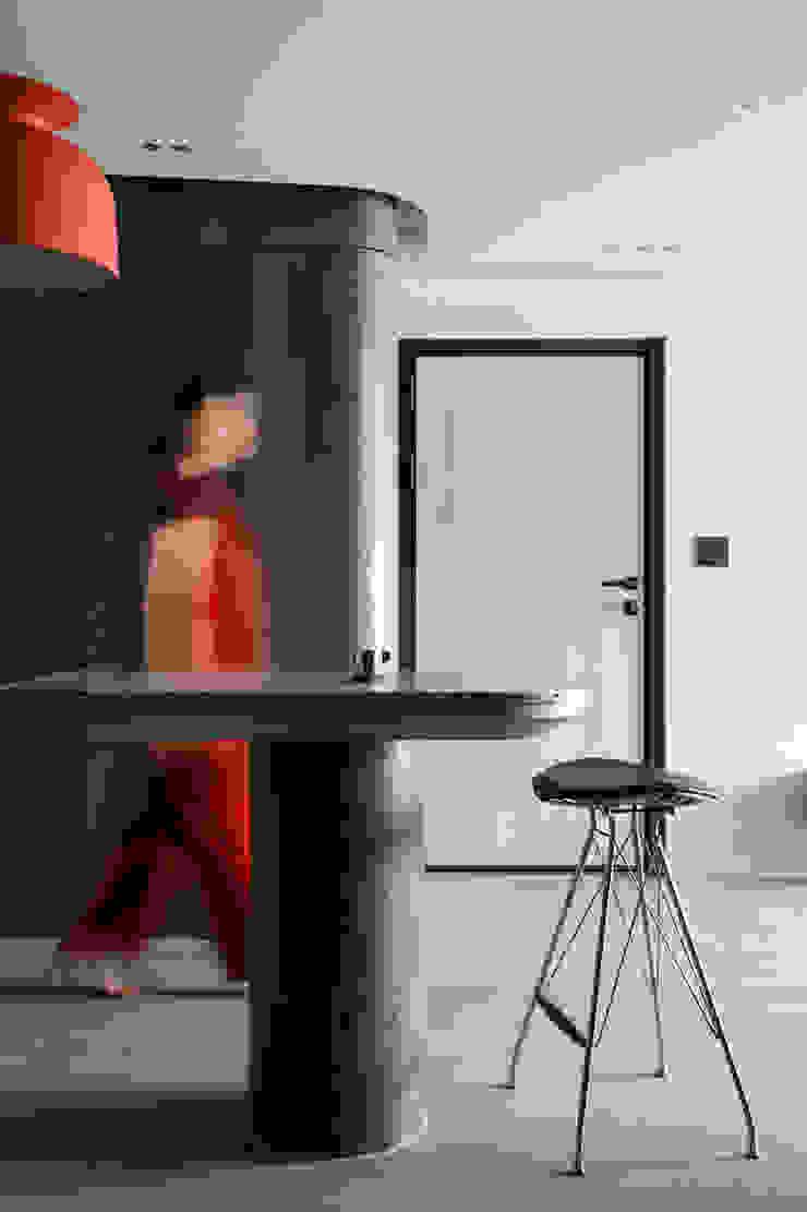 Pasillos, vestíbulos y escaleras modernos de 湜湜空間設計 Moderno Madera Acabado en madera