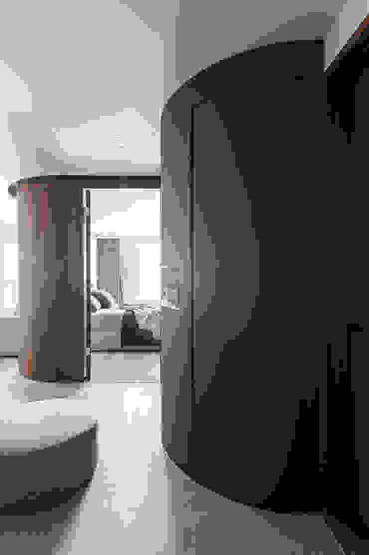 Paredes y pisos modernos de 湜湜空間設計 Moderno