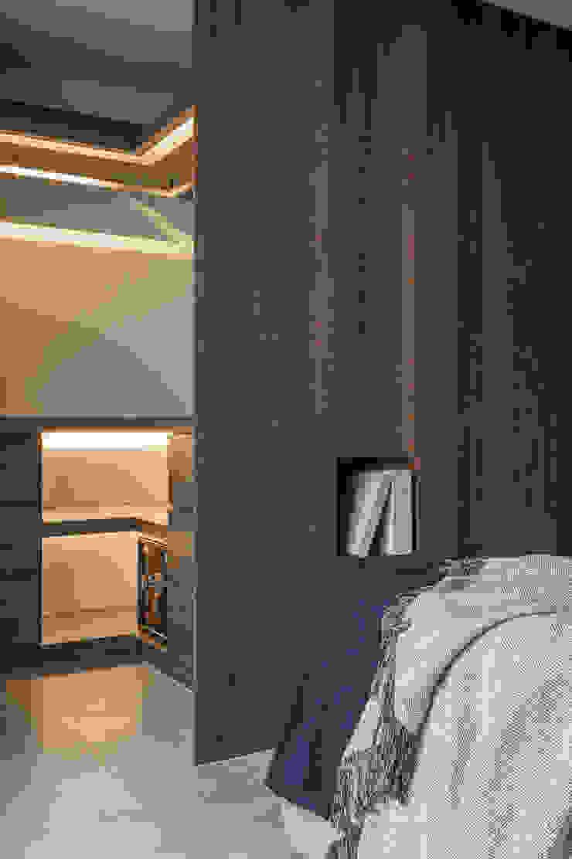 Vestidores y placares de estilo moderno de 湜湜空間設計 Moderno Madera Acabado en madera